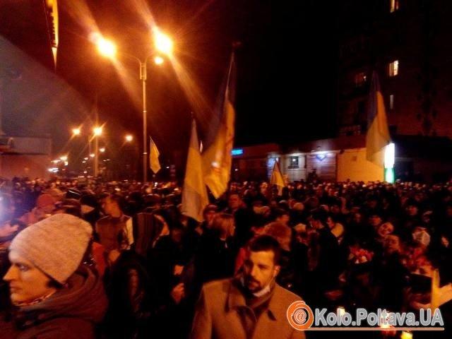 Зараз перед будівлею обласної міліції приблизно 6 тисяч мітингувальників. фото Ольги Матвієнко