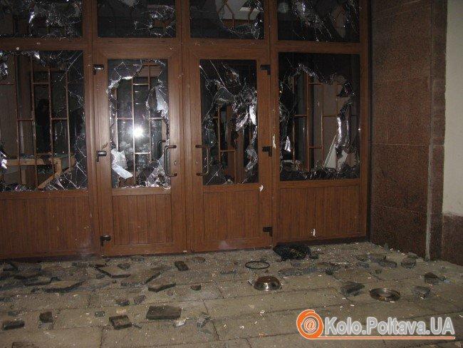 У Полтаві розгромили офіс Партії Регіонів, будують барикади біля облдержадміністрації