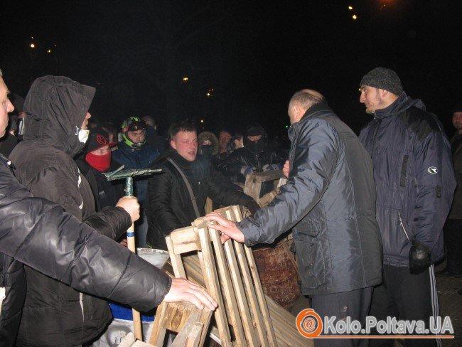 Лідери майдану вмовляють активістів не гарячкувати. Фото Тетяни Цирульник.