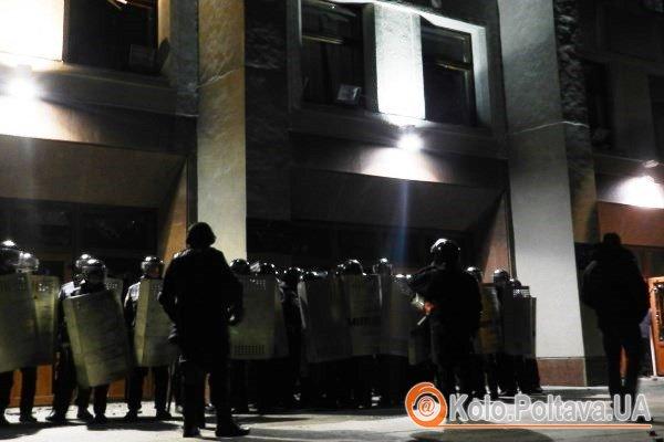 Правоохоронці відступають в середину будівлі ОДА. Фото Юлії Корж