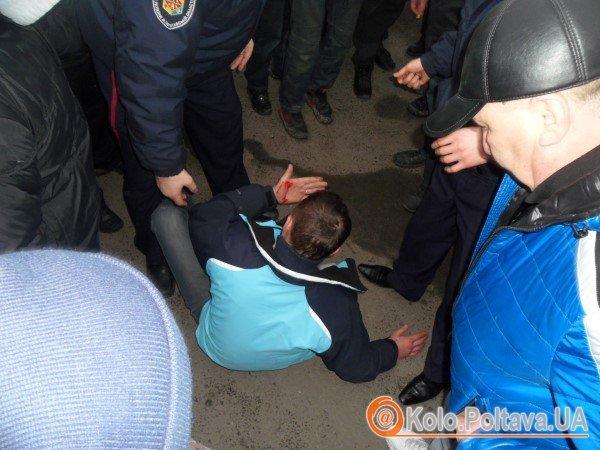 Від народного гніву тітушок врятувала міліція. Фото Юрія Климченка.