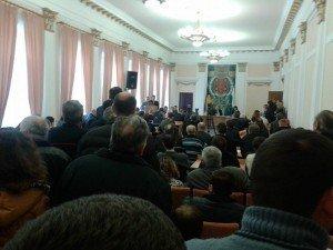 Оксана Деркач у відставку не піде, а люди зайшли до сесійної зали Полтавської міськради, блокують двері (оновлено)