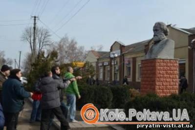 У Пирятині знесли пам'ятник Карлу Марксу