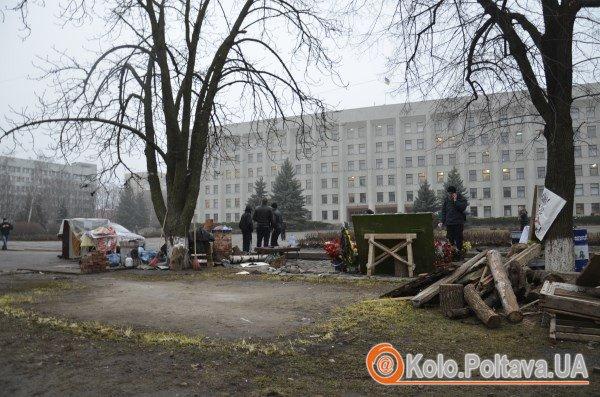 Біля Полтавської облдержадміністрації прибрали намет