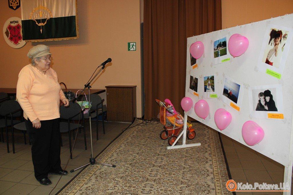 Для полтавських мам напередодні свято влаштували фотовиставку та концерт