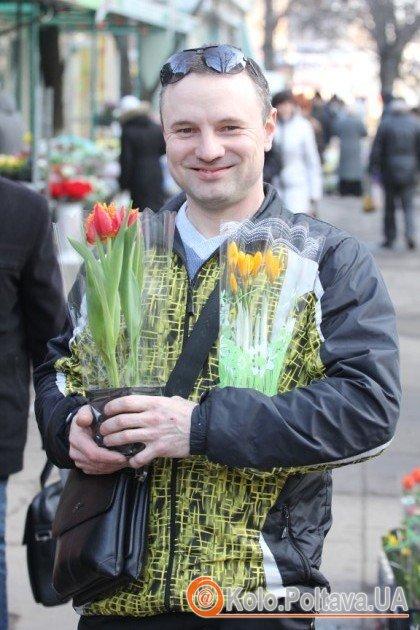 Чоловіки розкуповують квіти