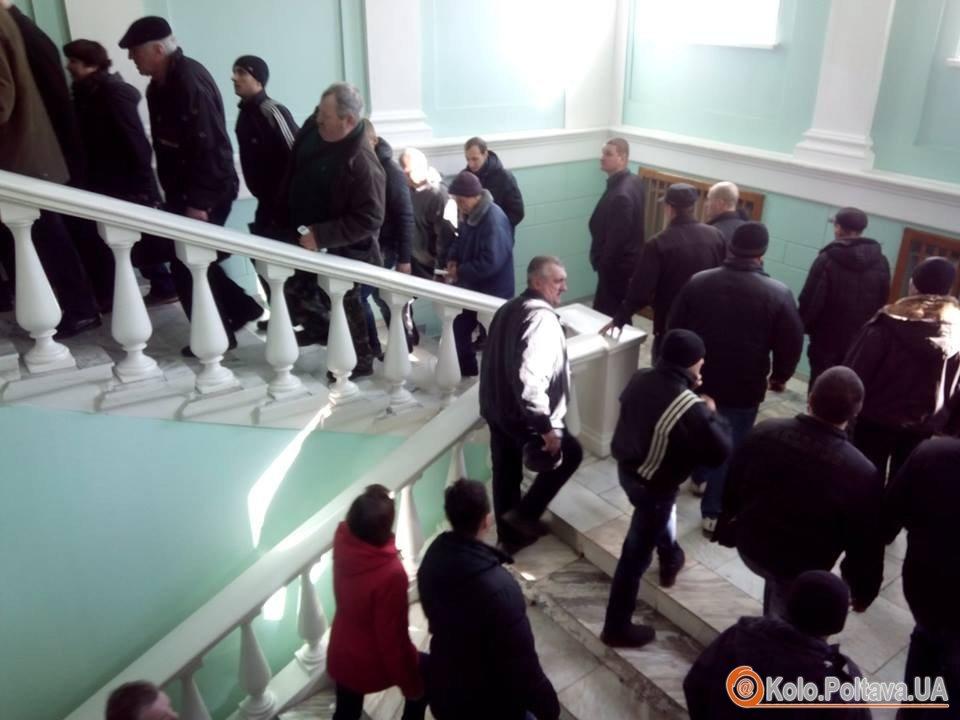 Пікетувальники рушили у сесійну залу. Фото Ольги Матвієнко