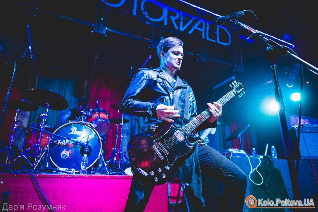 У Полтаві на концерті «O.Torvald» дівчині прямо на сцені набили татуювання