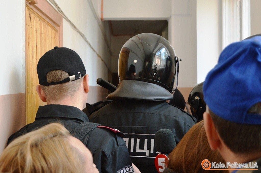 Сутички активістів та міліції під час суду на Геннадієм Кернесом