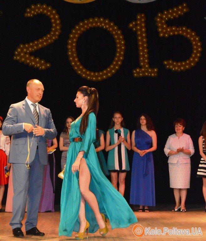 Полтавських випускників нагороджують медалями (фоторепортаж)