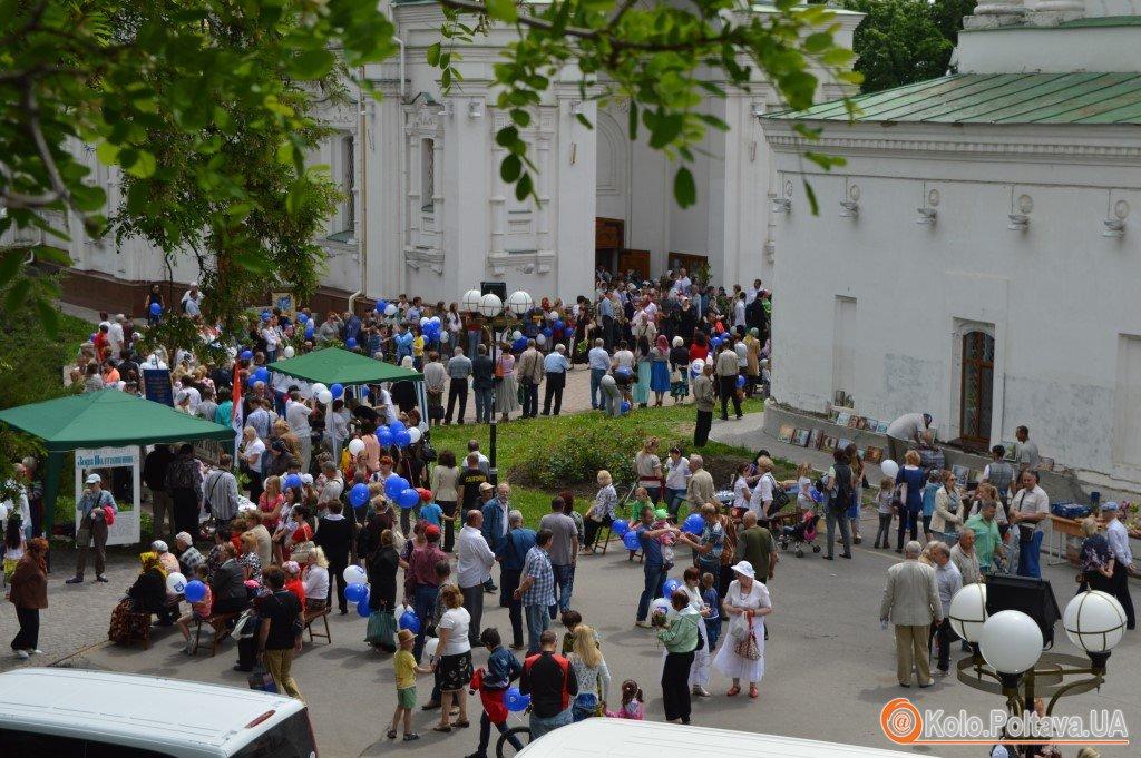 Скеледром і бандерівські бургери – Полтава ярмарку біля собору (ВІДЕО)