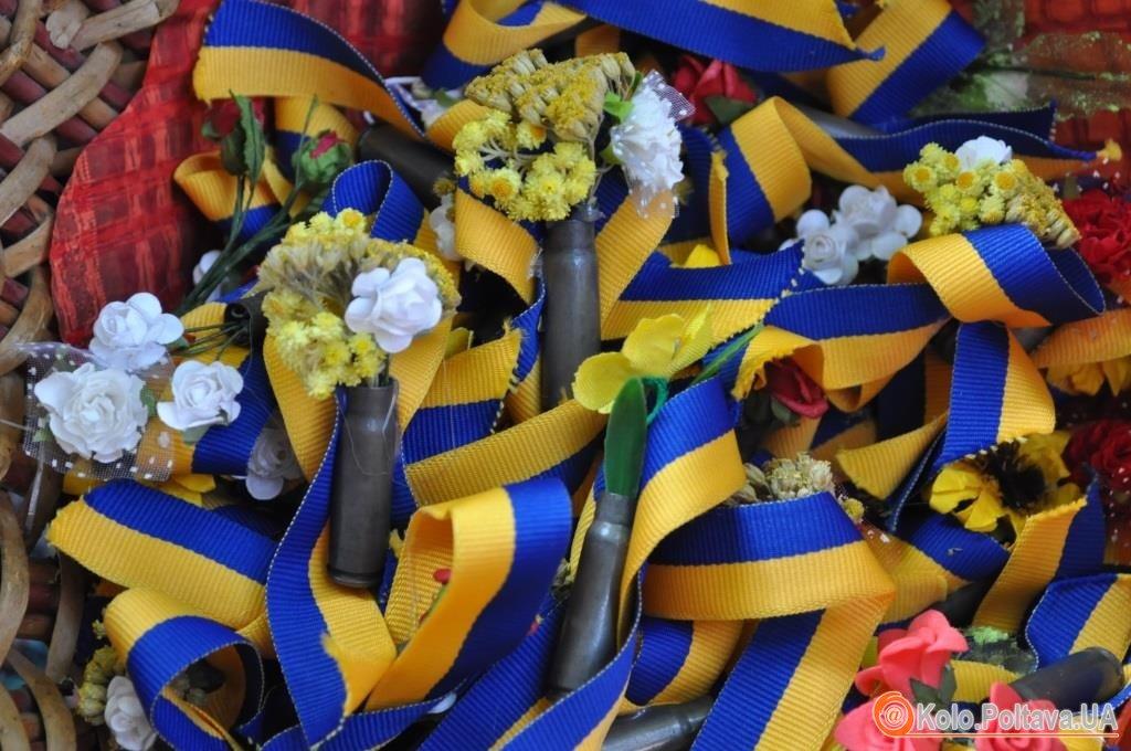 Полтавські волонтери підписали десятиметровий український прапор