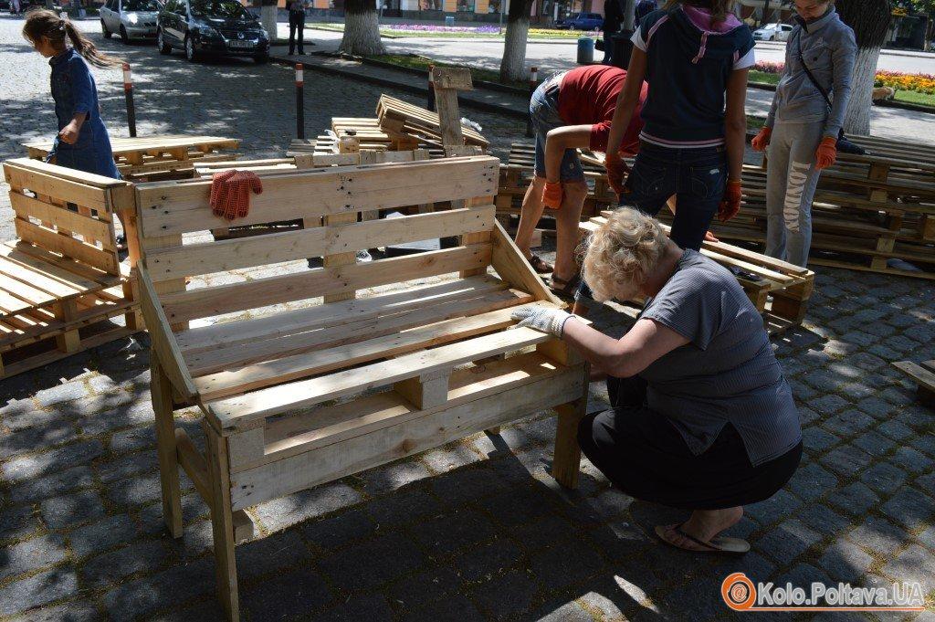 У центрі Полтави виготовляють вуличні меблі