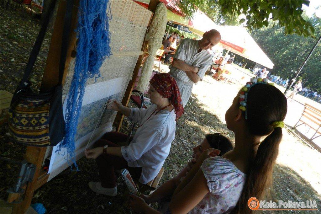 Полтавці на благодійному ярмарку можуть долучитись до плетіння гобелену батальйону (фото)