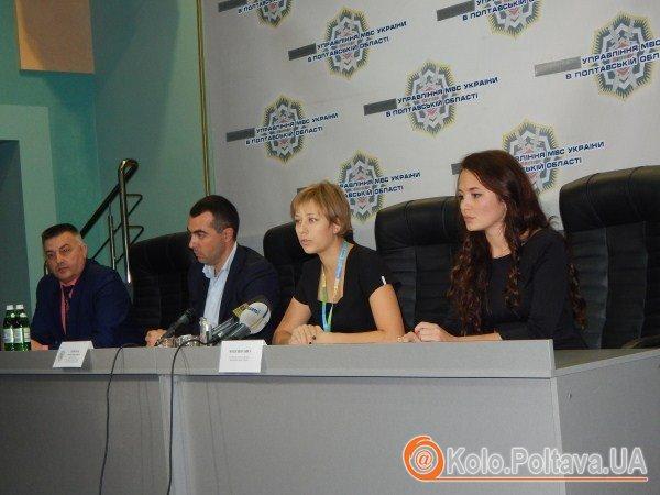 Журналісти показали міліції, як у Полтаві виборцям вручають аптечки та цукор (відео)