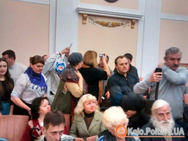 Сесія Полтавської міськради: залу заполонили активісти (оновлюється)