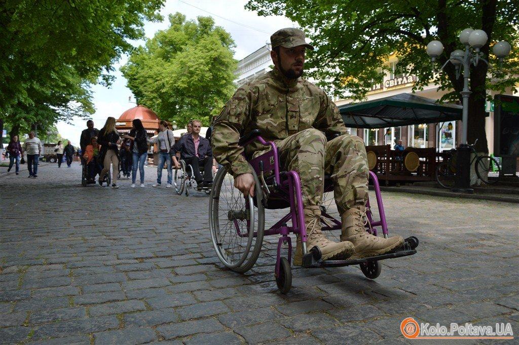 Влада на візках у Полтаві депутати перевірили на собі доступність міста для людей з інвалідністю