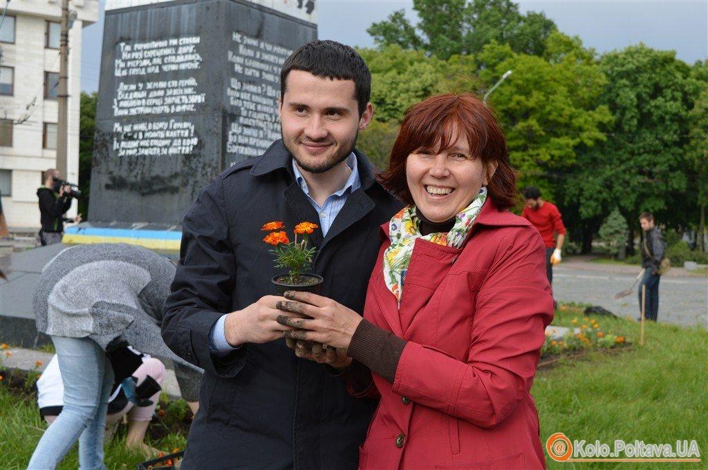 Громада і влада спільно прикрасили клумбу навколо меморіалу Героям Небесної сотні (ФОТО)