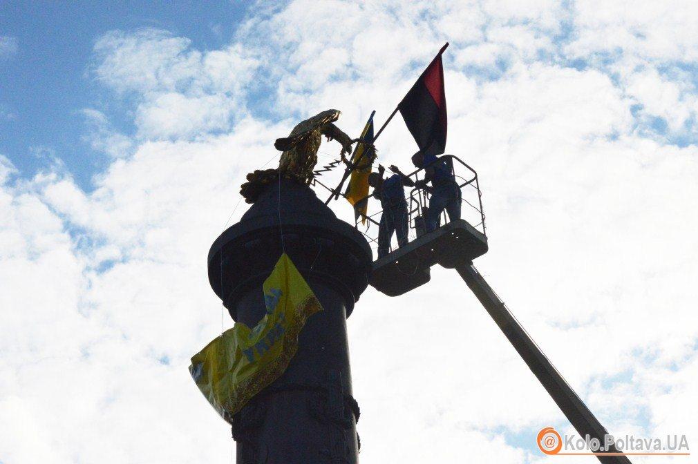 У Полтаві на монументі Слави відновили патріотичну символіку