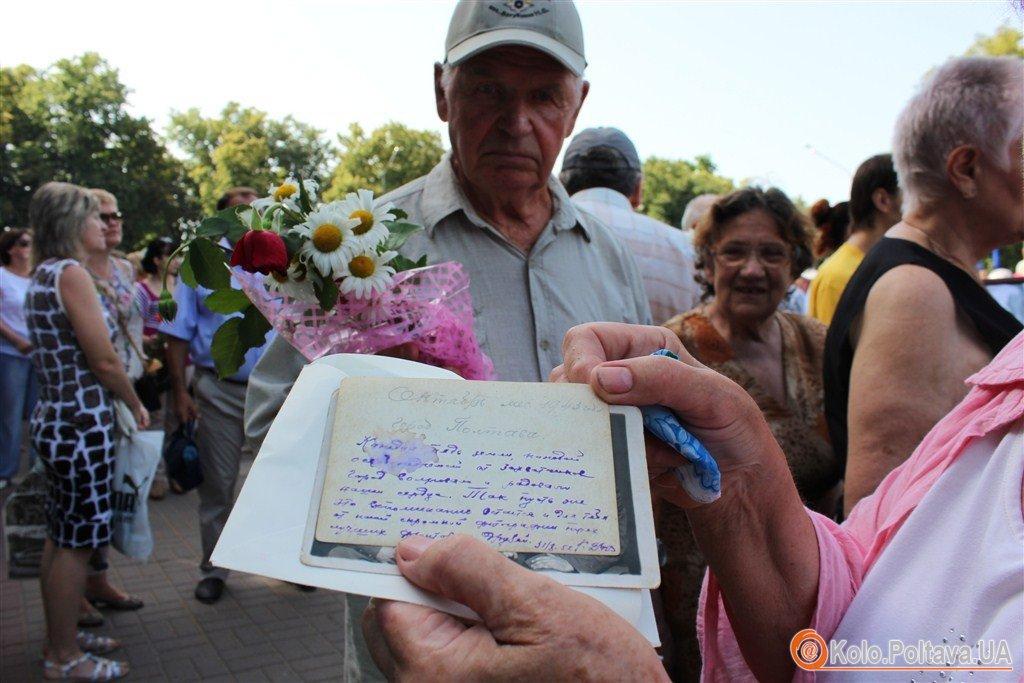 Комуністичний прапор і георгієвська стрічка у Полтаві вшанували жертв війни (ФОТО)