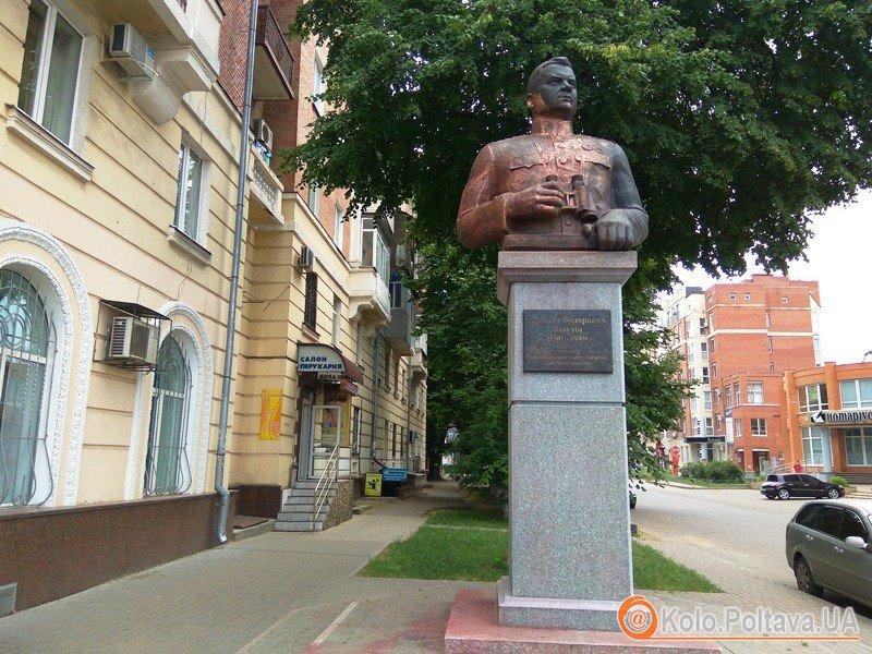 Пам'ятник Ватутіну у Полтаві відмили від фарби (фотофакт)