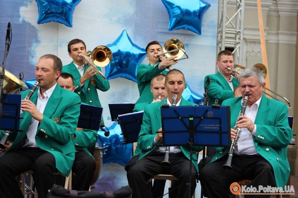 Мешканців Полтави привітав зі святом оркестр (ФОТО)
