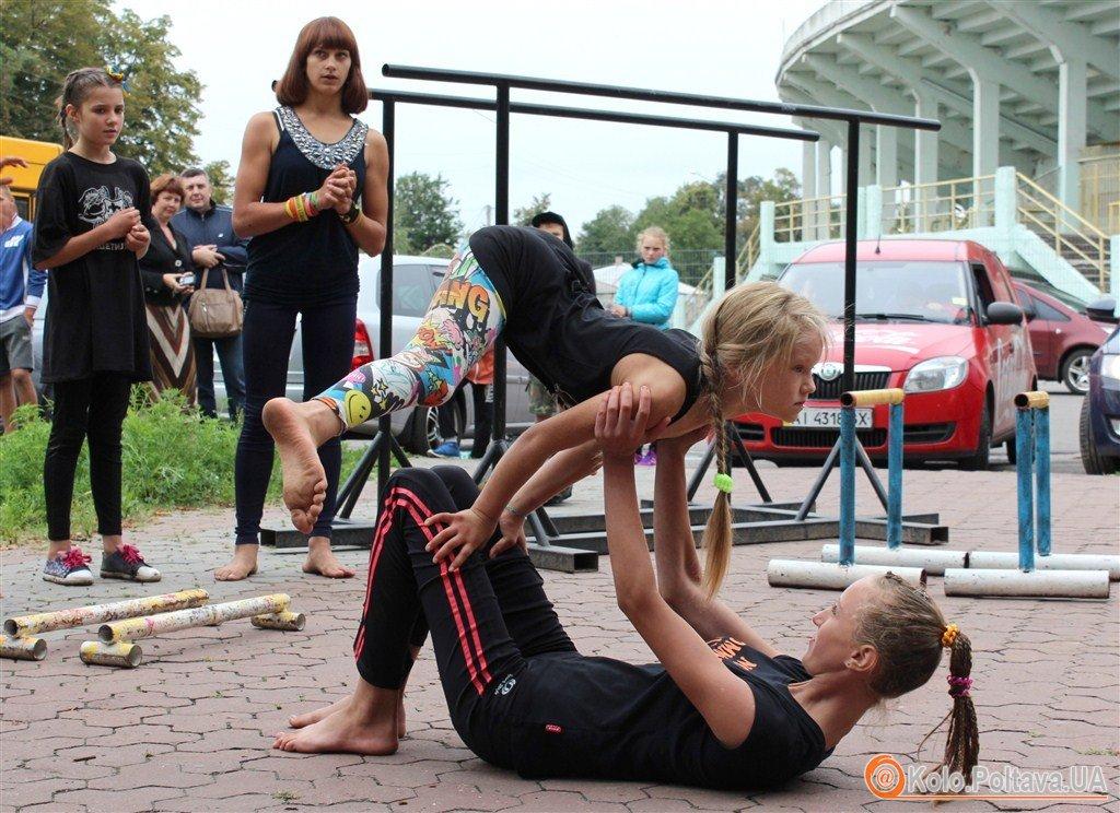 У Полтаві хлопці та дівчата показували свою силу на турніках (ФОТО)