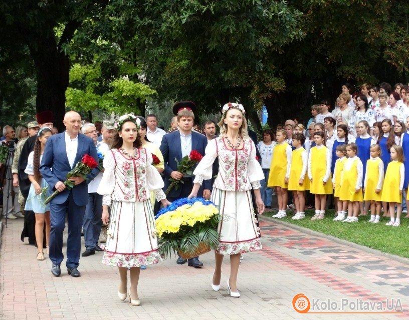 День Незалежності в Полтаві: покладання квітів до пам'ятників Шевченку та загиблим козакам