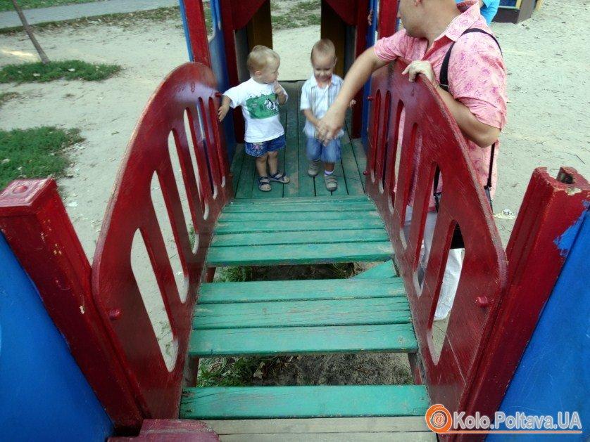 Дитячий майданчик у Сонячному парку Полтави хто відповість за бардак
