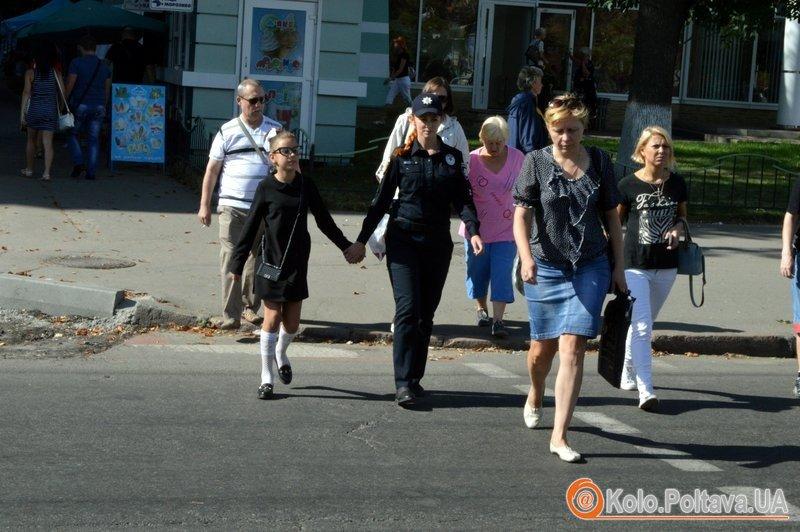 У Полтаві поліцейські та маленька дівчинка вчили городян переходити вулицю (фото та відео)