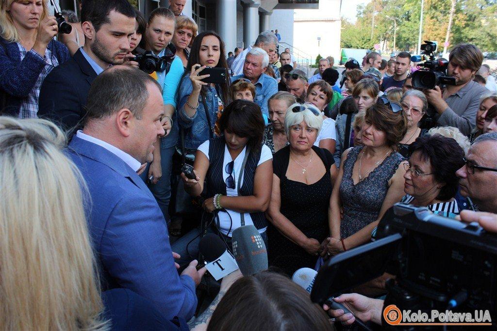 Мами Героїв прийшли до поліції питати, хто відповість за розбиті меморіальні дошки їхнім синам
