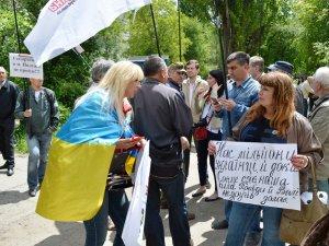 Фото: Полтавські активісти вважають провокацією поведінку невідомих під час суду над Кернесом (відео)