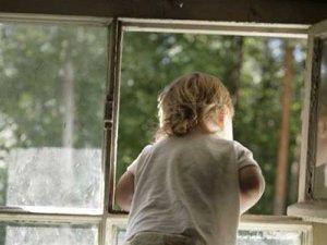 Фото: Дворічний хлопчик видавив москітну сітку і випав із вікна у Гадячі