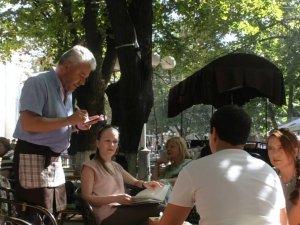 Нардеп Бублик работает официантом в кафе (фотофакт)