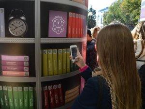 Фото: У  центрі Полтави відкрили вуличну мобільну бібліотеку (ВІДЕО)